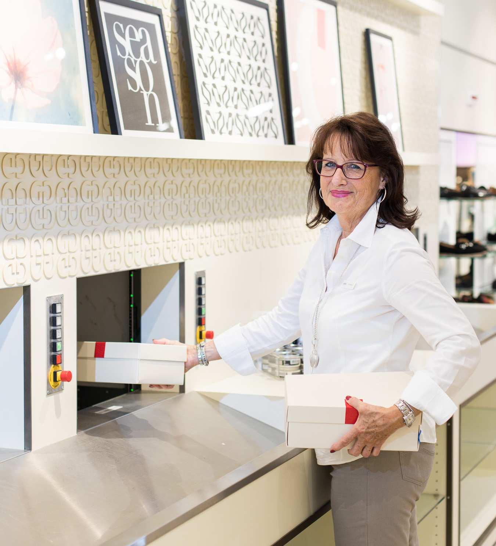 Mitarbeiterin Frau Rohmann in der Hamburger Filiale